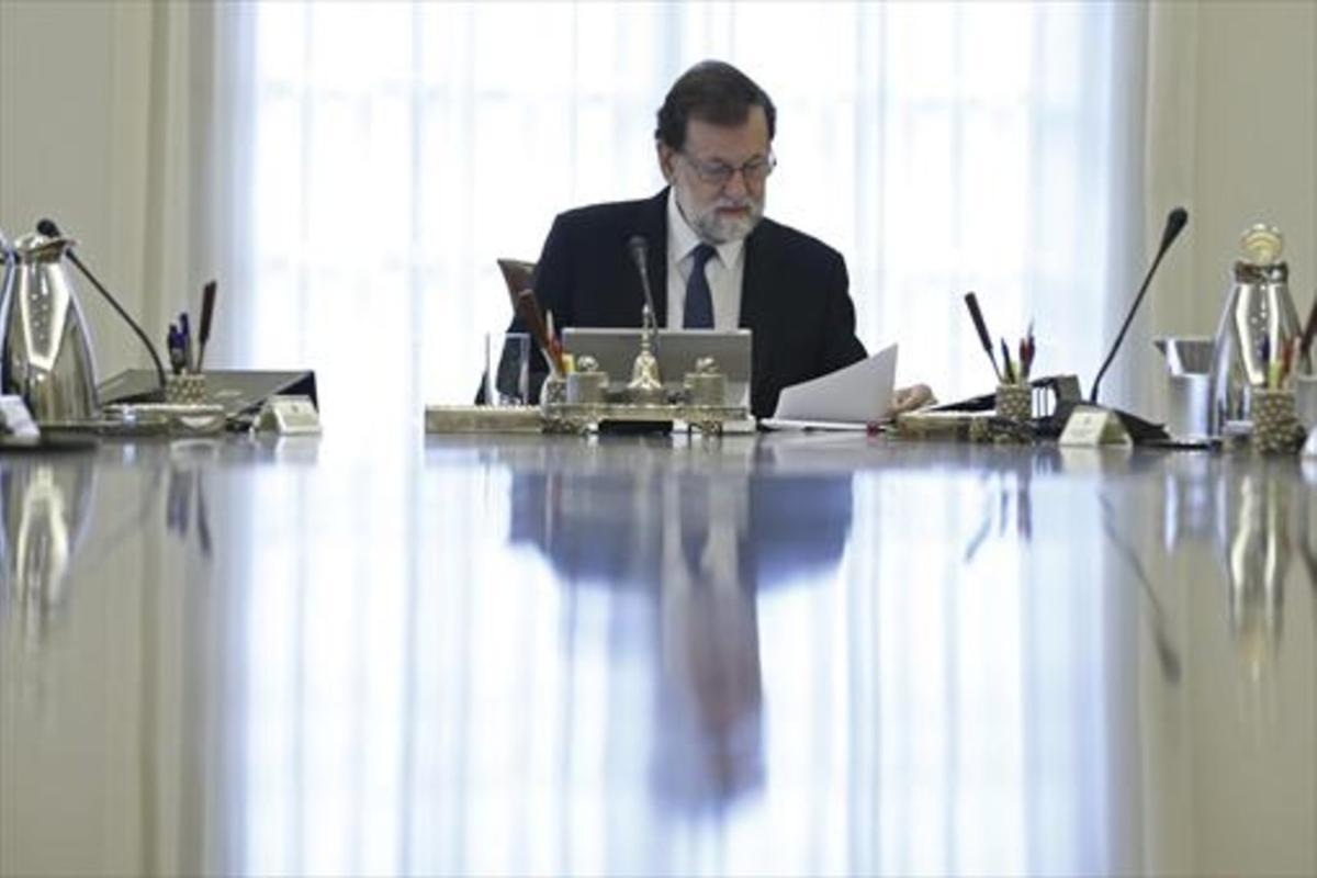 Mariano Rajoy, en la mesa del Consejo de Ministros, el sábado, en la Moncloa.