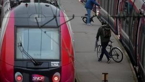 Pasajeros cargan en el tren sus bicicletas en la estación de Saint-Lazare de París.