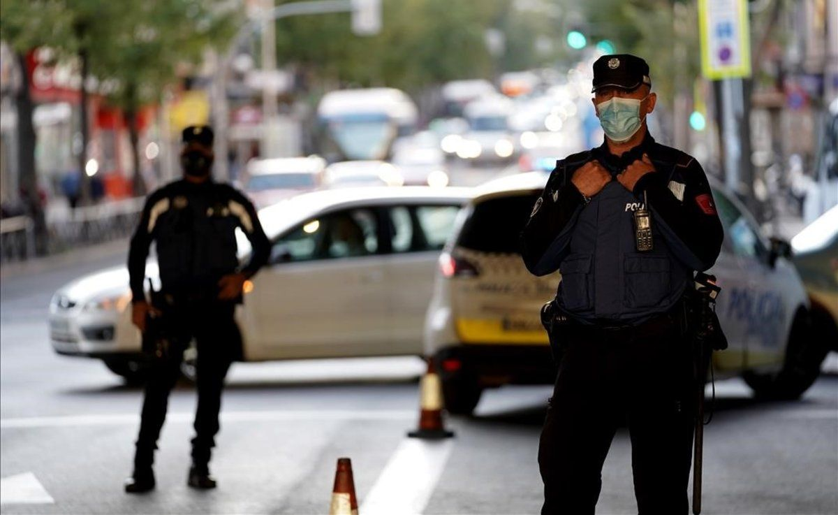 Control de la policía municipal de Madrid en el barrio de Vallecas.