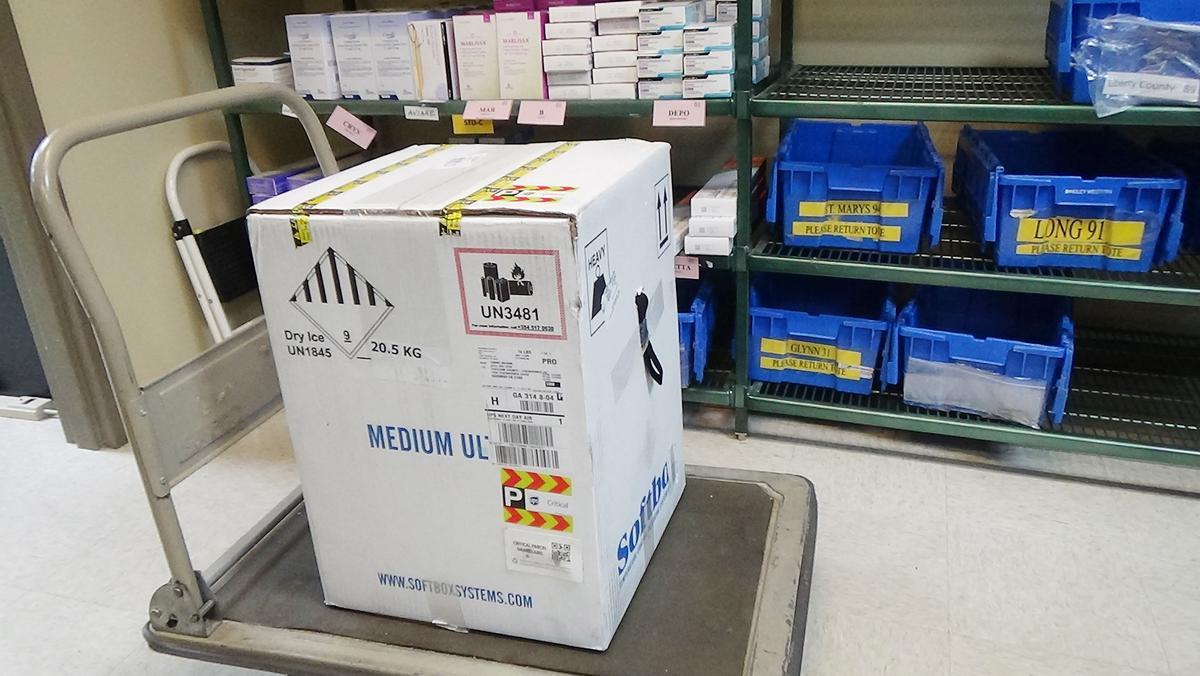 Una carga de viales de la vacuna anticovid de Pfizer en Savannah (EEUU).