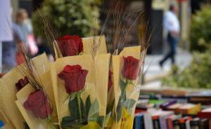 Una parada de rosas y libros por Sant Jordi.
