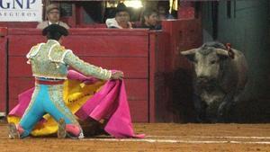 Un matarife, ante un toro.