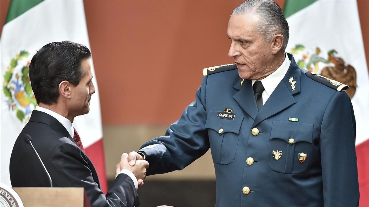 El expresidente Peña Nieto felicita a Cienfuegos por haber recapturado a El Chapoen México en el 2016