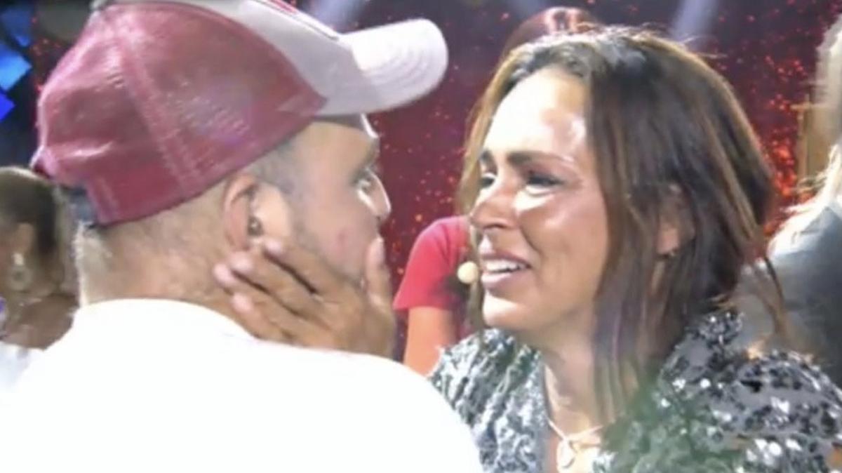 Un vídeo de plató demuestra que alguien empujó a David Flores para que abrazase a Olga Moreno en 'Supervivientes'