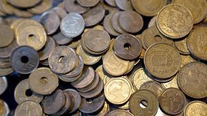 Monedas de 25, 100, 5 y demás pesetas.