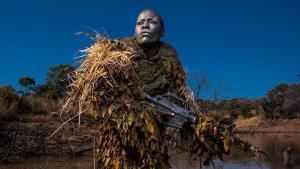 James Cameron produce 'Akashinga' sobre las mujeres que combaten la caza furtiva.