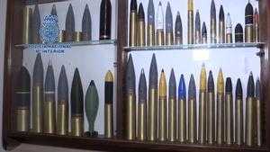 Detenido un hombre en Barcelona que almacenaba armas y munición de guerra en un trastero.