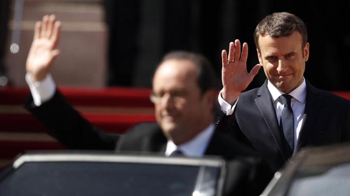 El ex presidente de Francia abandona en coche la residencia oficial del jefe del Estado.