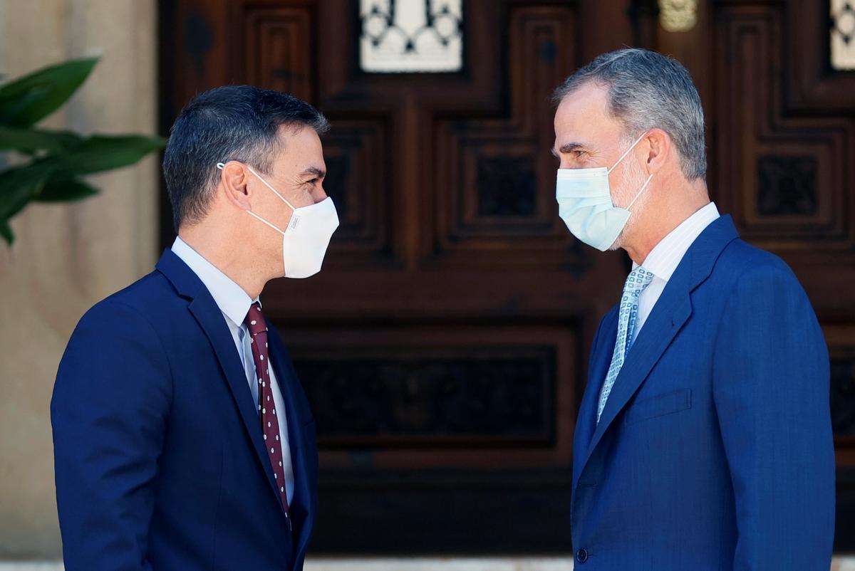 El rey Felipe VI recibe al presidente del Gobierno, Pedro Sánchez, en Marivent, Palma, antes de su tradicional despacho veraniego, el pasado 3 de agosto de 2021.