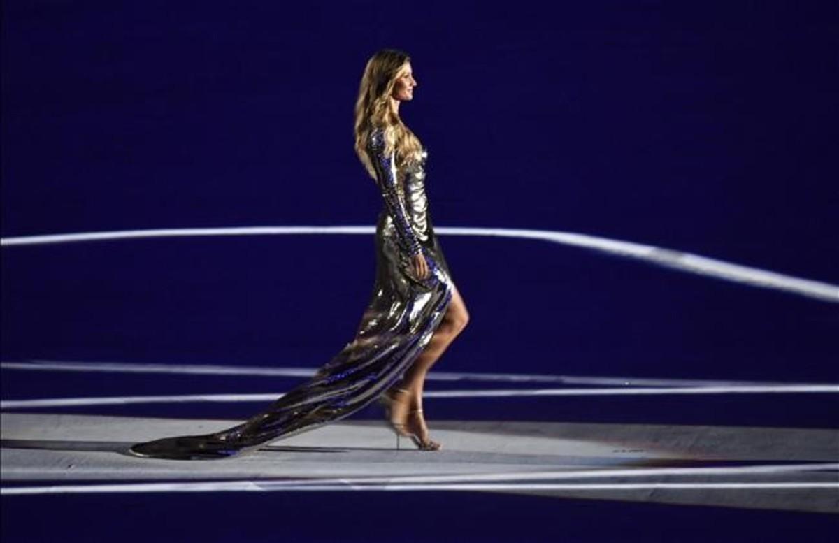 La modelo brasileña Gisele Bundchen desfila durante la ceremonia de inauguración de los JJOO de Río 2016