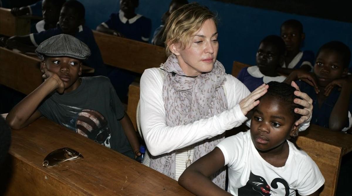 Madonna con su hija adoptiva Mercy James.