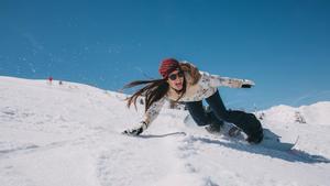 María Hidalgo se divierte sobre la nieve.