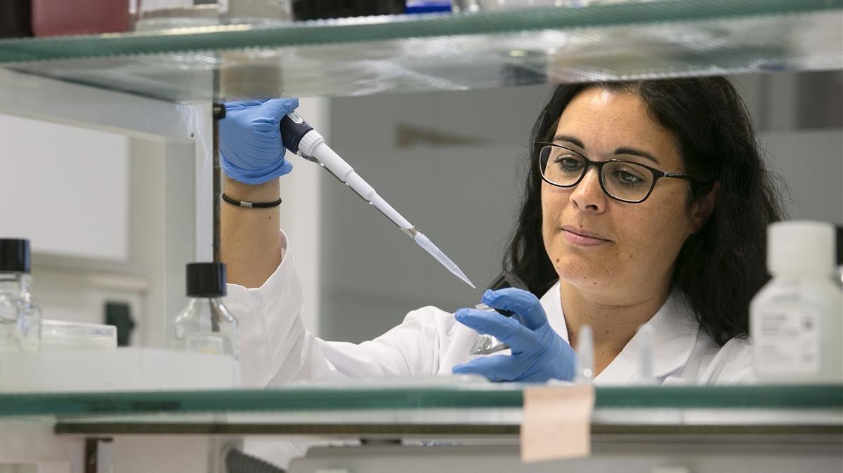 La doctora María José Buzón en su laboratorio en el Hospital del Vall d'Hebron en Barcelona