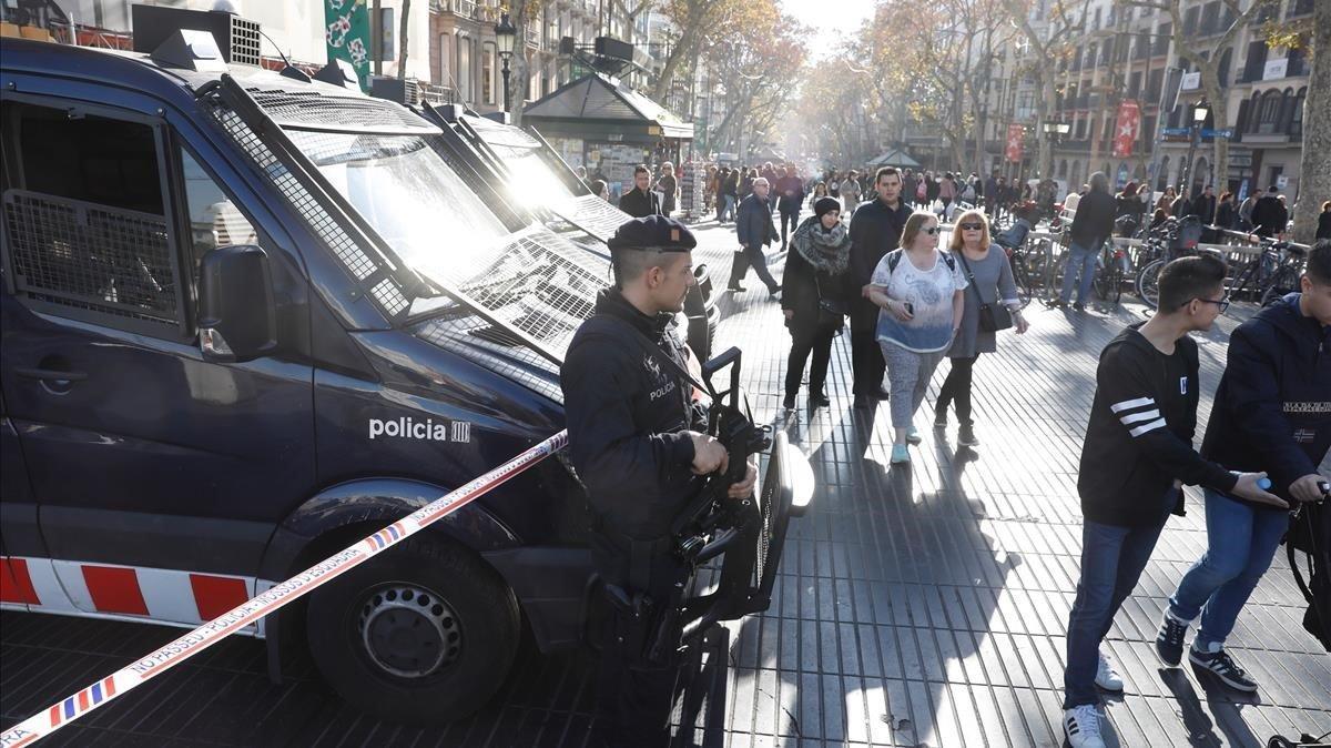 Los Mossos refuerzan la seguridad en la Ramblas mientras busca a un conductor de autobuses marroquí.