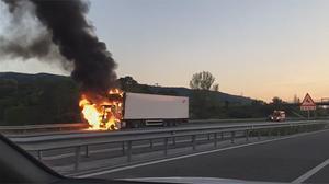 La cabina d'un camió de diversos eixos s'incendia a l'autopista.