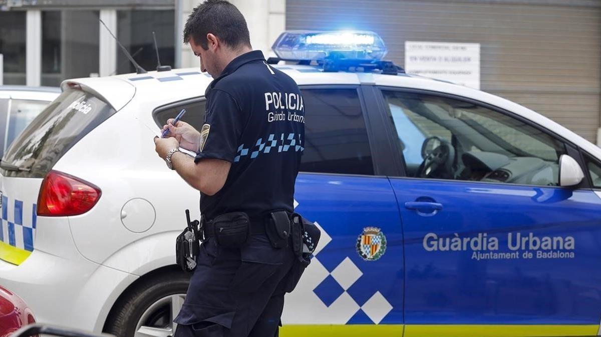Imagen de archivo de una agente de la Guardia Urbana de Badalona.