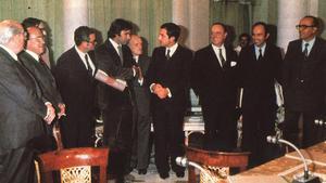 Los firmantes de los Pactos de la Moncloa, el 27 de julio de1977. Deizquierda a derecha, Tierno Galván, Carrillo, Triginer (semitapado), Reventós, González, Ajuriaguerra, Suárez, Fraga, Roca y Calvo-Sotelo.