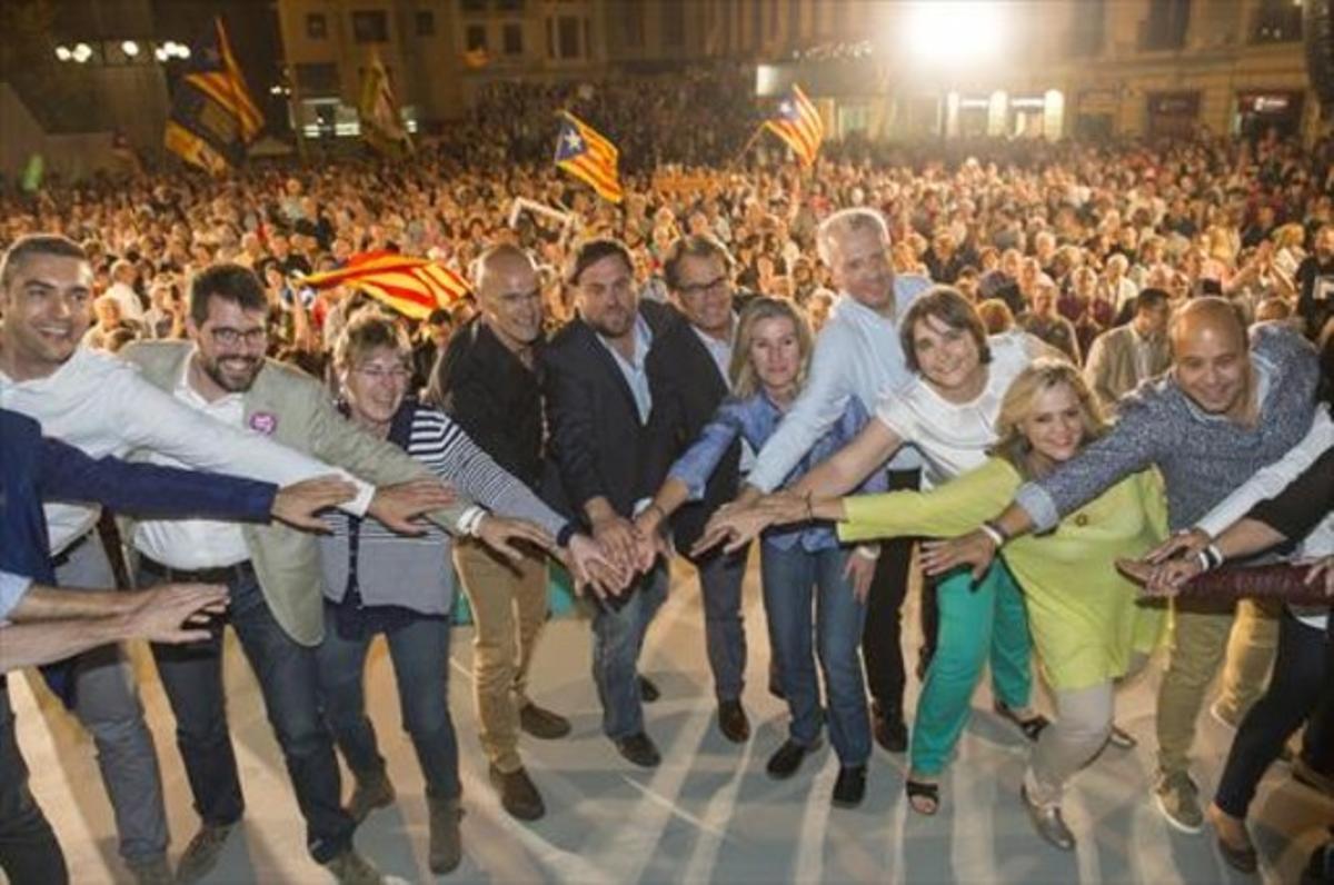 Raül Romeva, Oriol Junqueras, Artur Mas y otros candidatos de Junts pel Sí, en el mitin de Lleida de ayer.