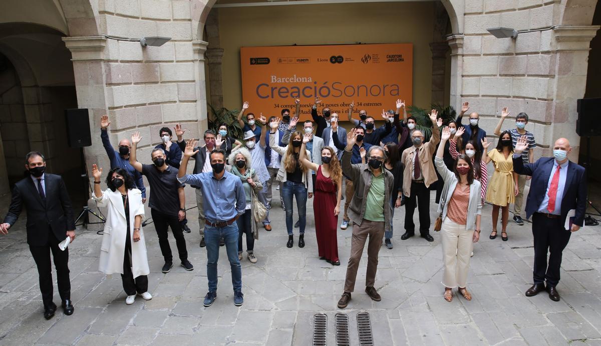 Representantes del Auditori, Liceu, del Palau de la Música y del Icub con algunos de los compositores de la primera edición de Barcelona Creació Sonora, en la Virreina.