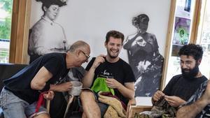 Josep, Albert y Xavi, parte de losBCN Teixidors, tejen en la cafetería deVil·la Urània.