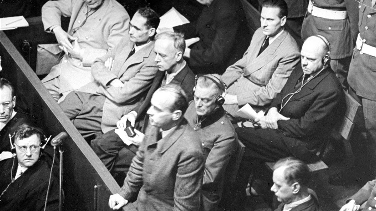 El nazi Hans Frank (de pie) en los juicios de Núremberg, en 1945, que lo condenarían a la horca.
