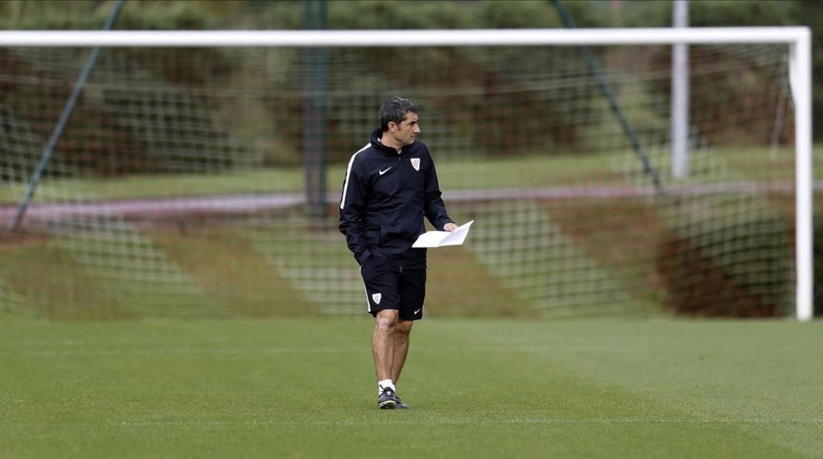 Ernesto Valverde, en un entrenamiento del Athletic de Bilbao, en las instalaciones de Lezama, en octubre pasado.
