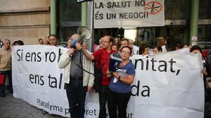 Un momento de la protesta ante el Hospital Clínic.