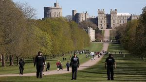 Controles de policía hoy sábado, en el castillo de Windsor, donde se celebrará el funeral de Felipe de Edimburgo.
