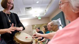 Enfermos de Alzheimer durante una terapia en el centro Copper Ridge de Sykesville, en Maryland.