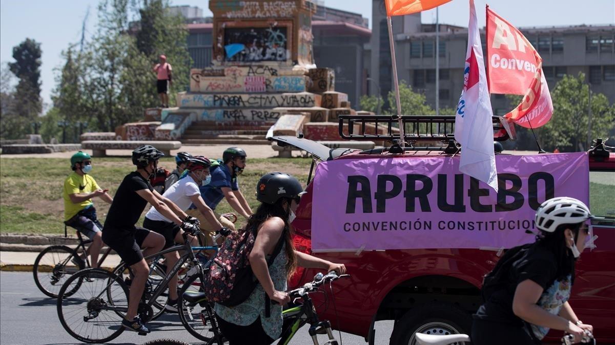 Manifestación de ciclistas a favor de cambair la Constitución de Chile, este domingo en Santiago.