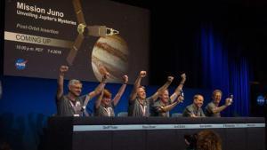 Los ingenieros de la NASAcelebran la llegada de la sonda 'Juno' a la órbita de Júpiter.