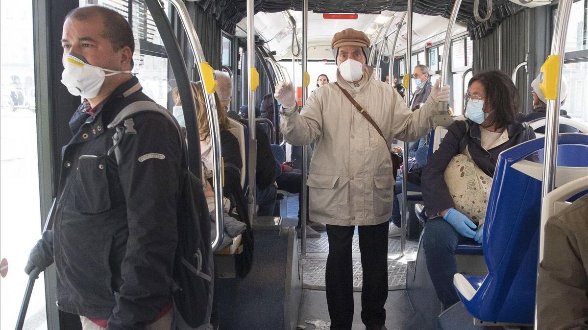 Pasajeros en un transporte público este jueves en la ciudad italiana de Génova.