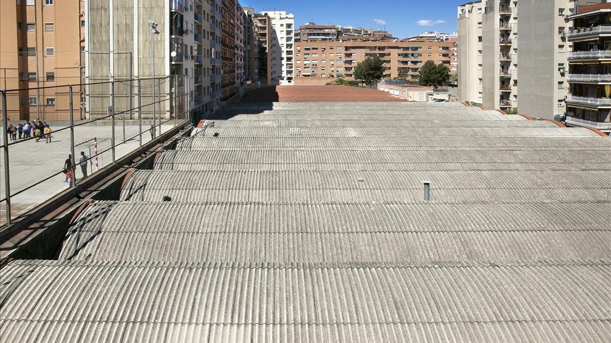 Cubierta de uralita del taller de Metro, en el barrio de La Sagrera.