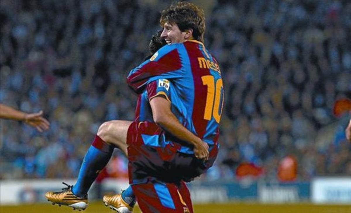 Xavi aúpa a Messi en la acción del segundo gol del Barça ante el Espanyol.