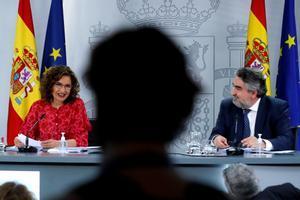 La portavoz del Gobierno, María Jesús Montero, con el ministro de Cultura y Deporte, José Manuel Rodríguez Uribes, este 15 de junio en la Moncloa.