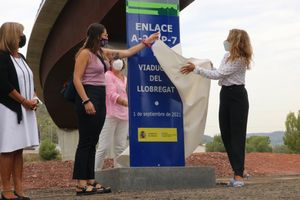 Descubrimiento del monolito de inauguración del enlace de la A-2 y la AP-7 por parte de la ministra Raquel Sánchez y la alcaldesa accidental de Castellbisbal, Melani Solís