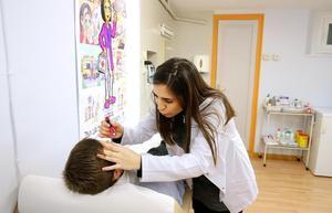 Natàlia Colina, enfermera del centro Jesuïtes de Casp, atendiendo a un alumno