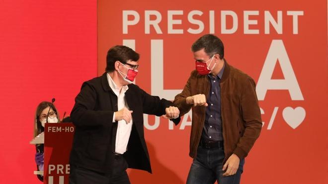 Pedro Sánchez y Salvador Illa saludándose al inicio de los parlamentos.