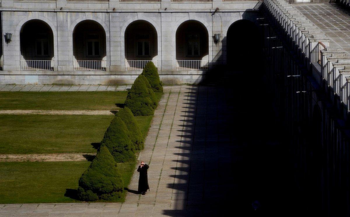 Un monje, en la explanada de la abadía del Valle de los Caídos.