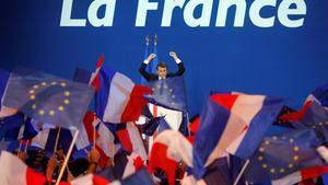 Emmanuel Macron celebra el domingo en la noche su victoria en la primera vuelta electoral.