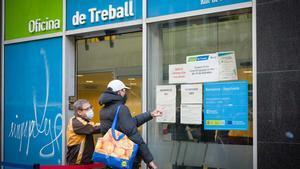 El paro sufre su mayor repunte anual desde 2009. En la foto, la Oficina de Treball de la Generalitat en la calle de Sepúlveda de Barcelona, el 5 de enero del 2021.