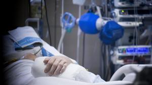Un paciente, en la unidad de curas intensivas del Hospital Vall d'Hebron.