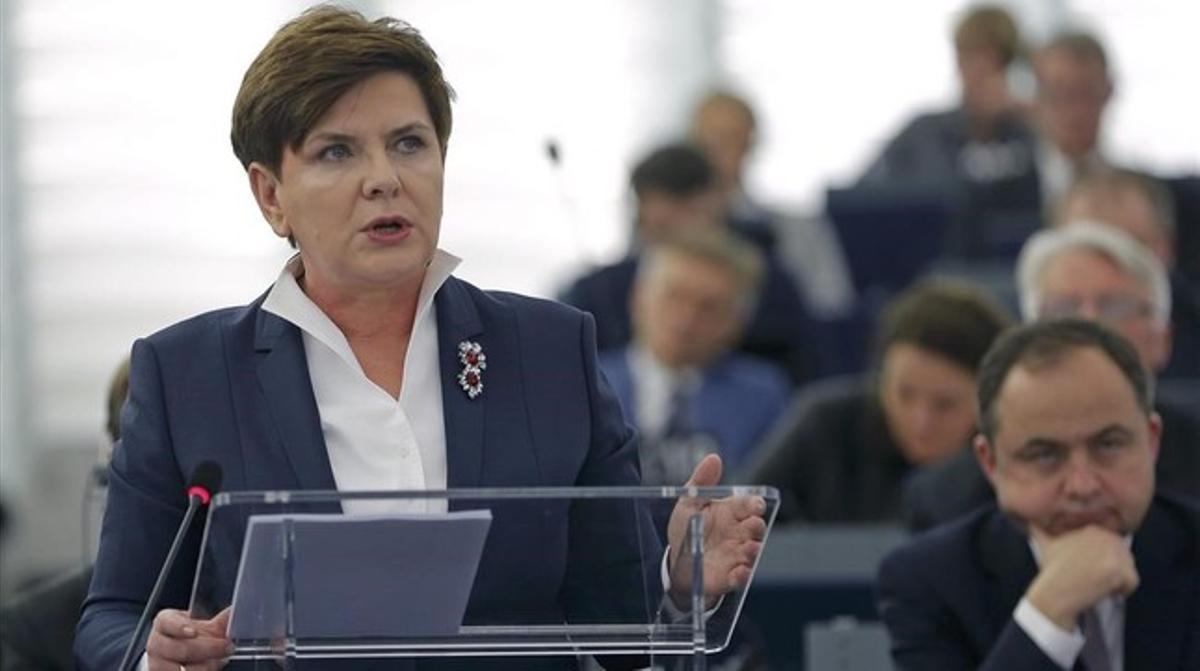 Szydlo se dirige al pleno de la Eurocámara, en Estrasburgo, este martes.