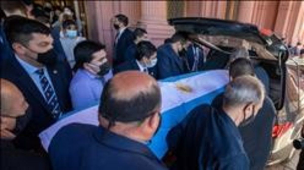 El ataúd de Maradona, portado este jueves en Buenos Aires.