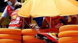 Marc Márquez, conducido a la ambulancia en camilla.