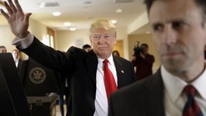 Trump saluda a la prensa tras votar en Nueva York, este martes.