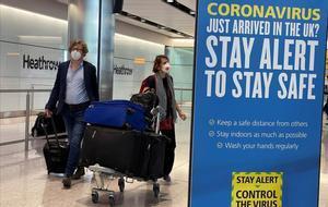 Lleegada de pasajeros al aeropuerto británico de Heathrow el 8 de junio del 2020.