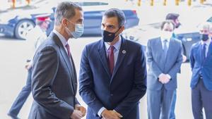 El rey Felipe VI y el presidente, Pedro Sánchez, conversan durante la Barcelona New Economy Week, este 9 de octubre en la capital catalana.