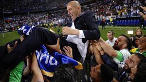 Zidane, manteado por sus jugadores en La Rosaleda.