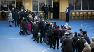 Colas en un colegio electoral en las elecciones autonómicas del 21 de diciembre de 2017.